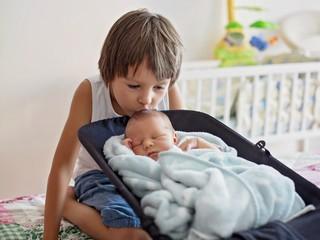 Совет дня: если после рождения младшего ребенка вас раздражает старший, решитесь на один смелый шаг