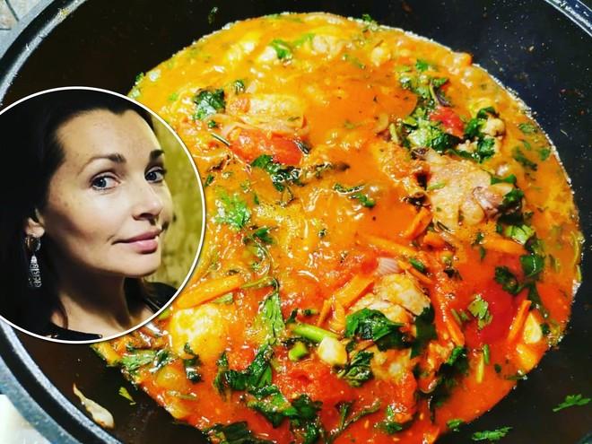 Невероятно вкусно: Наталия Антонова поделилась рецептом ароматного чахохбили
