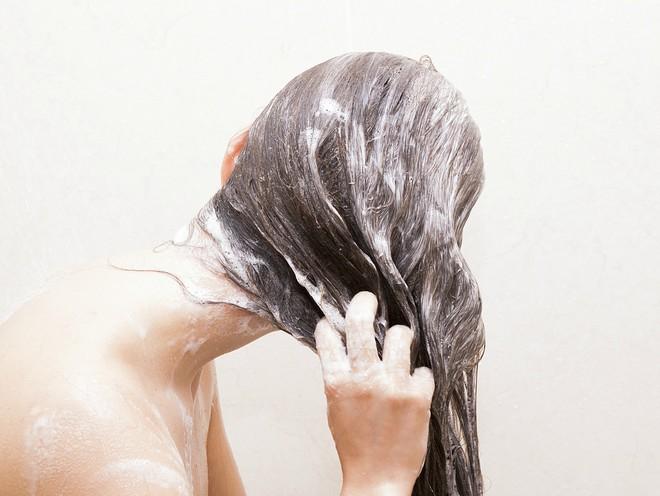 Парикмахер пояснил, зачем и как чередовать шампунь для ухода за волосами осенью