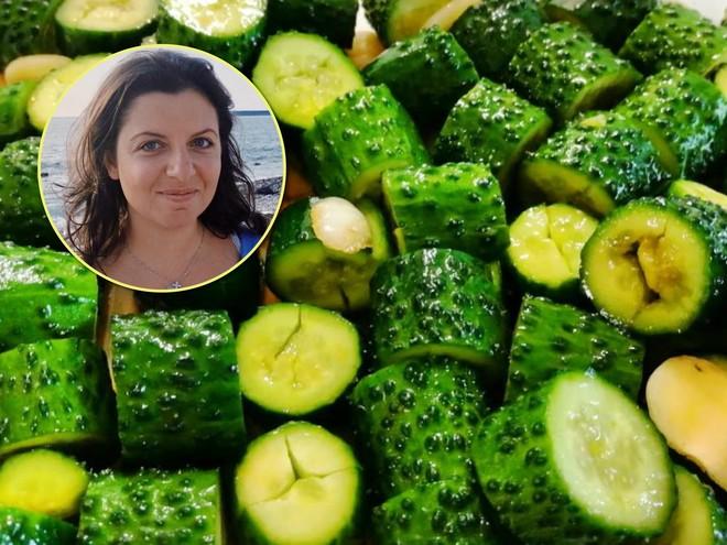 Малосольные огурцы по-новому: Маргарита Симоньян поделилась фирменным рецептом