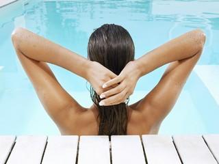 Эксперт посоветовал, как защитить волосы во время купания в бассейне