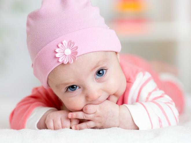 Ребенок сосет палец: невролог рассказывает, что делать родителям в этой ситуации