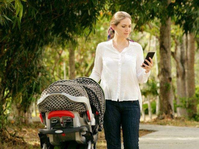 Мама на прогулке