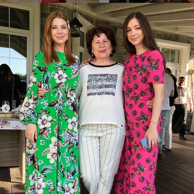 Наталья Подольская с сестрой и мамой