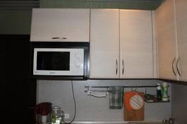 Микроволновка в навесном шкафк