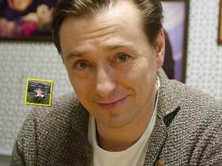 Среди листопада: Сергей Безруков поделился осенним портретом 3-летней дочки