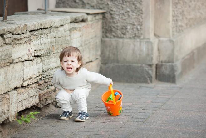 Почему болит живот слева внизу у ребенка?
