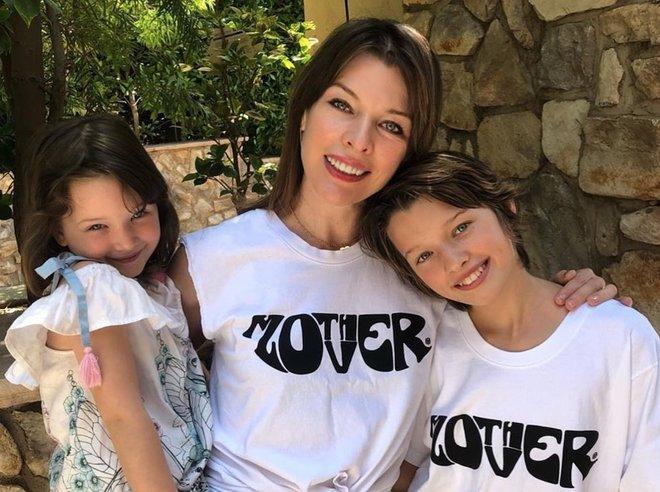 Мила Йовович с дочками