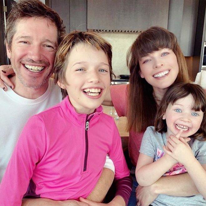Мила Йовович с мужем и дочками
