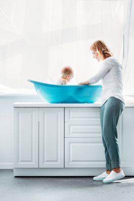 Можно ли купать ребенка при температуре: показания и противопоказания?