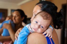 Зачем нужно держать новорожденного столбиком после кормления, как правильно это делать