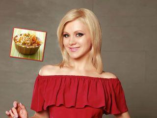 Певица Натали поделилась рецептом низкокалорийного салата с редькой и виноградом