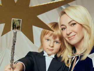 Шары цвета шампанского и гигантские тыквы: Яна Рудковская показала свою домашнюю елку