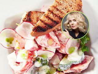 Легкий, летний и простой: Валерия поделилась фирменным рецептом салата с редисом и сухариками