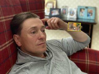 «Спасаемся от жары»: Сергей Безруков поделился домашним видео со своими детьми в бассейне