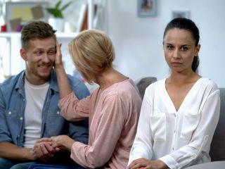 Свекровь считает, что мы с мужем обязаны содержать ее