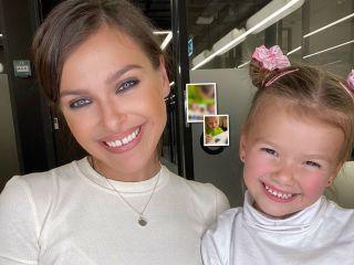 Новый год к нам мчится: Елена Темникова показала, как делает с дочкой елочные игрушки
