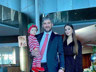 Для папы, мамы и двух малышей: семье Александра Овечкина подарили милые наряды в стиле family look