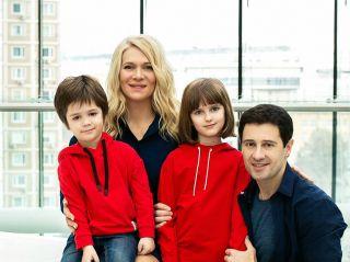 «Даже спим в обнимку»: Антон и Виктория Макарские рассказали, как развлекают детей на карантине
