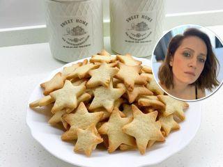 Быстро и весело: Виктория Исакова поделилась семейным рецептом песочного печения для детей