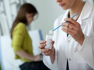 Гинеколог объяснил, что можно узнать о женском здоровье по мазку на флору