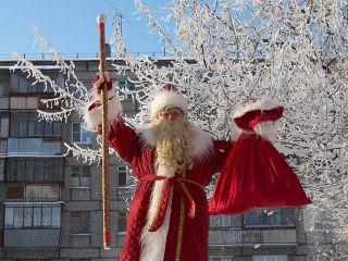 Почему в СССР запретили белые перчатки Деда Мороза: 10 интересных фактов о зимнем герое