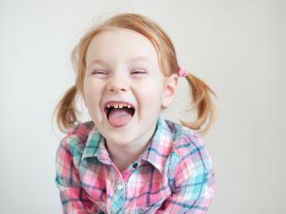 Соседка жалуется, что ей мешает смех моего ребенка