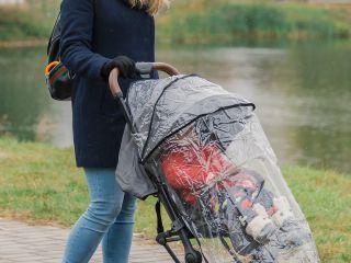 Защита от коронавируса: врач ответил, убережет ли ребенка дождевик для коляски