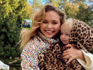 «Мы вместе»: Стефания Маликова поделилась семейным портретом с родителями и братом