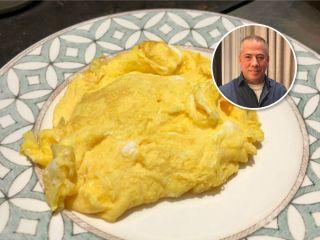 Ресторатор Аркадий Новиков показал быстрый способ приготовить нежнейший омлет