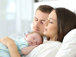 Муж запрещает грудному ребенку спать с нами в одной кровати
