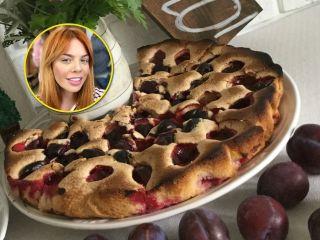 Любимый осенний пирог: Анастасия Стоцкая поделилась рецептом шарлотки со сливами