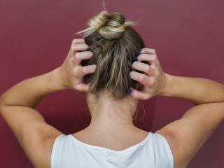 Болят корни волос: парикмахер объяснил настоящую причину этого ощущения