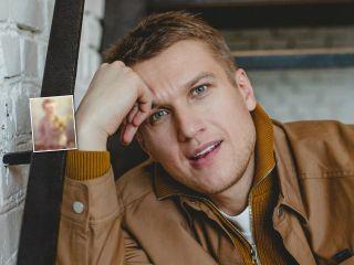 С букетом нарциссов: Анатолий Руденко покорил поклонников снимком из детства