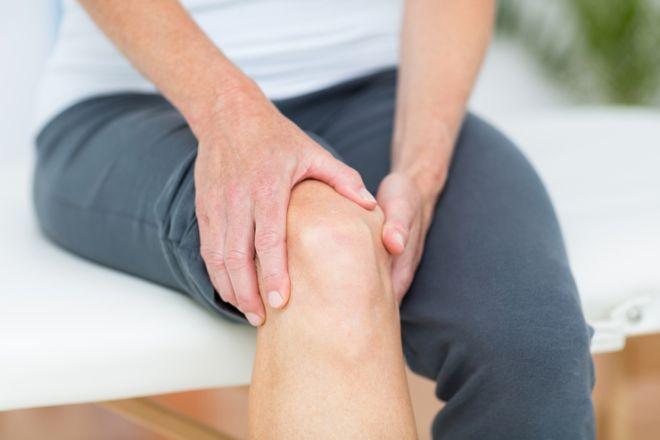 Причины и лечение болей в колене при сгибании