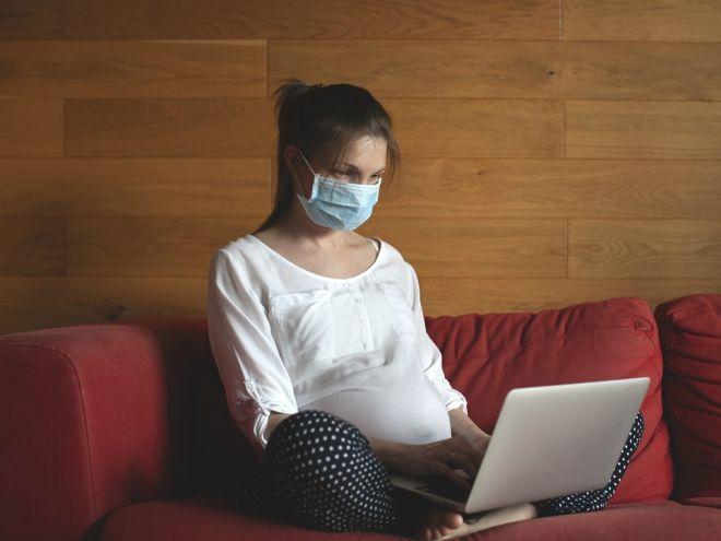 Беременная женщина в маске