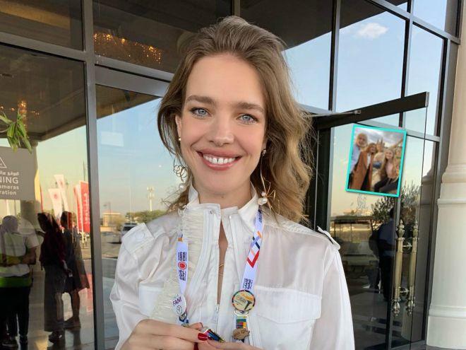 Блондины в городе: Наталья Водянова приехала в Москву со старшими красавцами-детьми