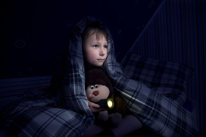 Ребенок боится темноты: как ему помочь