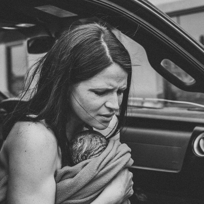 Честнее не бывает: 30 реальных фото с родов, на которых мамы впервые увидели своих детей