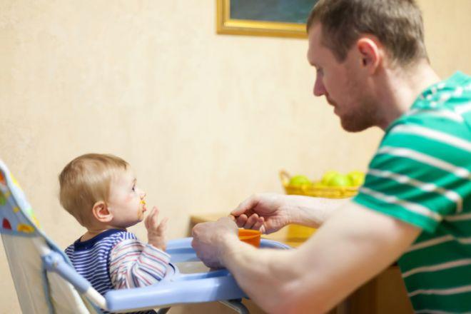 Как научить малыша пить из кружки самостоятельно