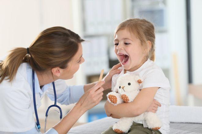 Причины и методы лечения белого налёта на миндалинах у детей