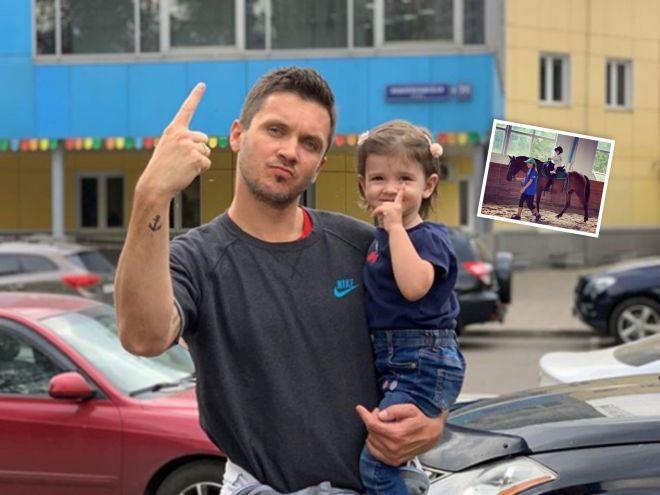 Первая выездка: 2-летняя дочь Татьяны Волосожар и Максима Транькова занялась конным спортом