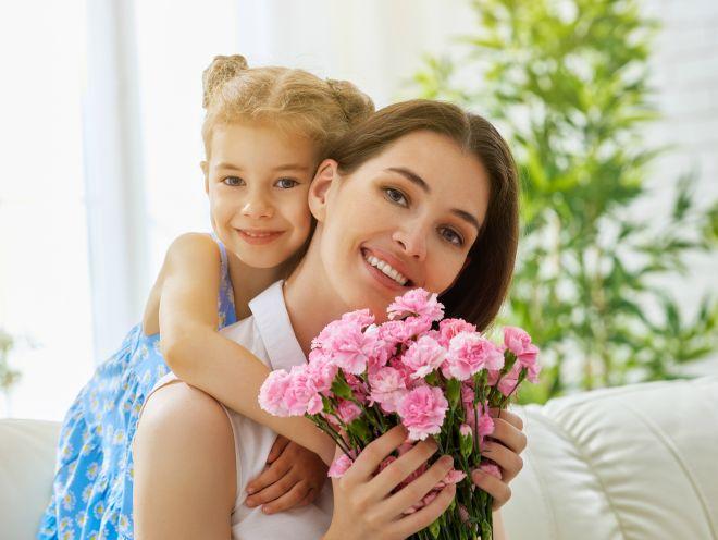 Учим вместе с ребенком: 15 трогательных стихов на День мамы